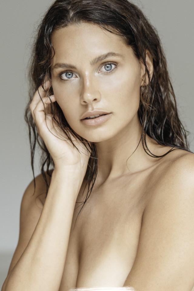 Fashion model Lalinderosa do topless shot with fashion photographer in Bali